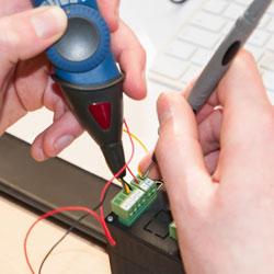 Midiendo la tensión de entrada de un regulador con el multímetro tipo lápiz PCE-TT 3