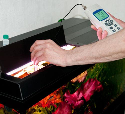Imagen de uso del pHmetro PCE-228 realizando una medición del pH