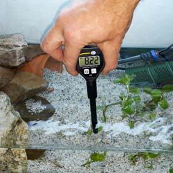 pH-metro realizando una medición en un acuario