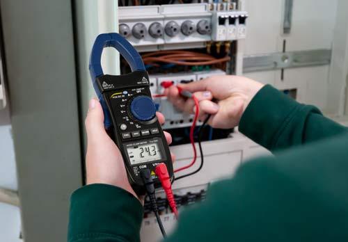 Medición de tensión con la pinza amperimétrica AC/DC PCE-DC 20