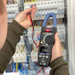 Comprobando una instalación con la pinza de corriente PCE-DC 25