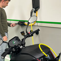 Control de carga de una moto con la pinza de corriente EVSE PCE-DC 9EV