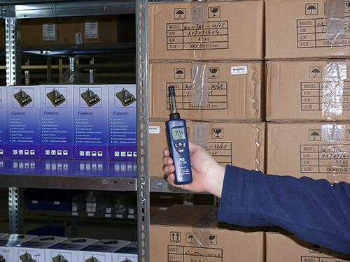 El psicrometro PCE-555 en una medición en el interior