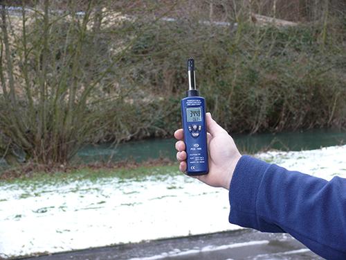 El higrómetro PCE-555 en una medición en el exterior