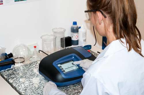 Uso del refractómetro Abbe PCE-DRB 10 en un laboratorio