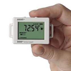 El registrador de datos HOBO UX100-001 para temperatura tiene un tamaño reducido.