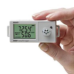 El registrador de datos compacto HOBO UX100-011 para temperatura y humedad.
