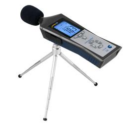 Registrador de datos de sonido PCE-322A realizando una medición con el trípode que lleva el envío.