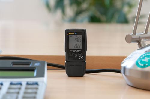 El registrador de temperatura y humedad pdf situado encima de una mesa