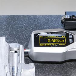Aquí observa el rugosímetro PCE-RT 2200 comprobando un orificio