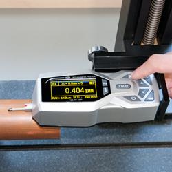 Comprobando el perfil de un tubo de cobre con el rugosímetro PCE-RT 2200
