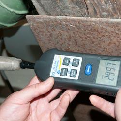 Tacómetro y estroboscopio PCE-T 260 realizando una medición de contacto
