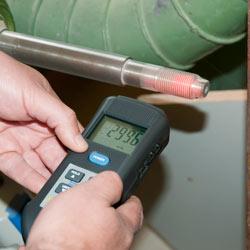 Tacómetro y estroboscopio PCE-T 260 midiendo de forma óptica en una extremidad