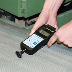 Midiendo con el tacómetro de mano en una cinta trasportadora
