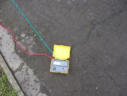 Telurometro con los tres cables de comprobación.