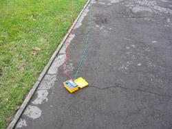 Telurometro con los cables de comprobación de la resistencia contra tierra