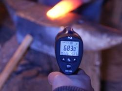 Medición de la temperatura en un trabajo de forja con el termómetro infrarrojo.