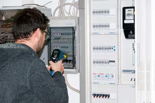 Uso del PCE-895 para controlar la temperatura en un armario de fusibles