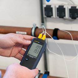 Imagen de uso del termómetro digital