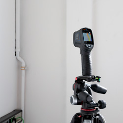 El termómetro visual infrarrojo montado sobre un trípode