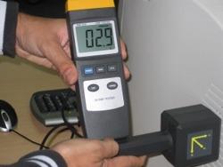 Teslametro PCE-G28 midiendo la radiación que emite un monitor.