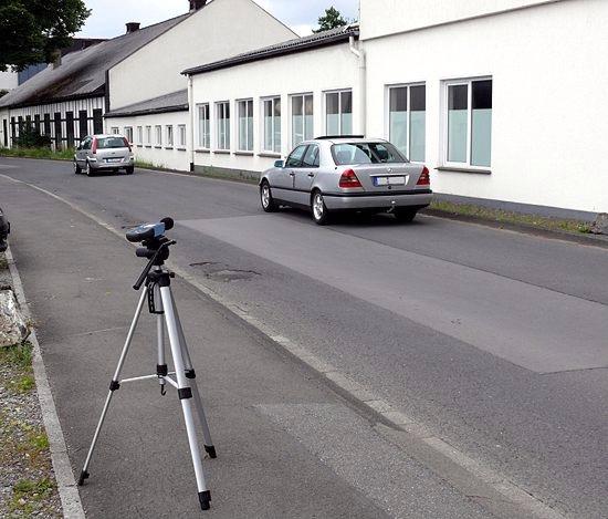 Tester de sonido realizando una medición en una calle transitada por vehículos.