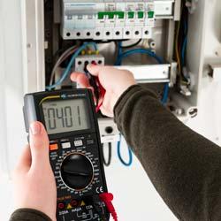 Medición de tensión con el multímetro digital TRMS DMM PCE-DM 4
