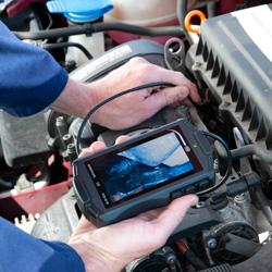 Visualizando la pantalla del videoendoscopio PCE-VE 50 durante una inspección