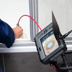 Imagen de uso del videoscopio Wi-Fi para canalizaciones PCE-PIC 50